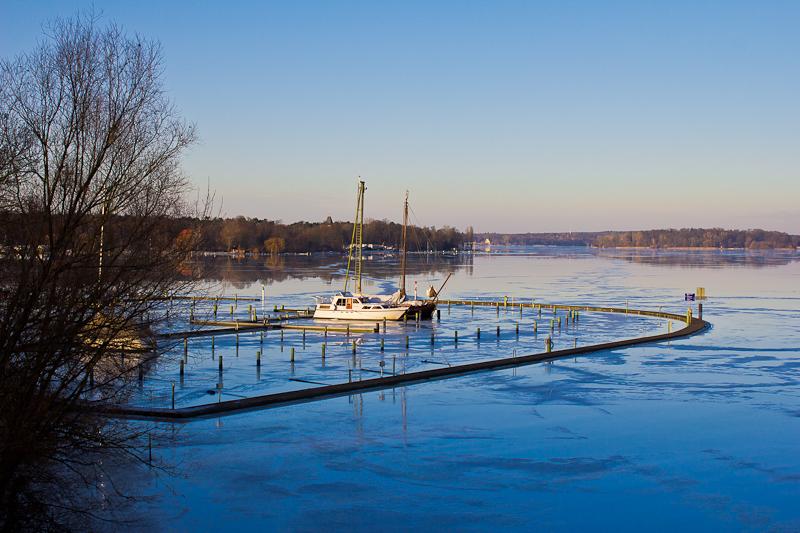 eisbedeckter Wannsee im Winter