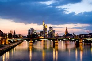Skyline in Frankfurt in der Abenddämmerung